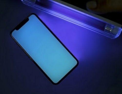 Kako razkužimo mobilni telefon z uporabo UV-C svetlobe na javni lokaciji?