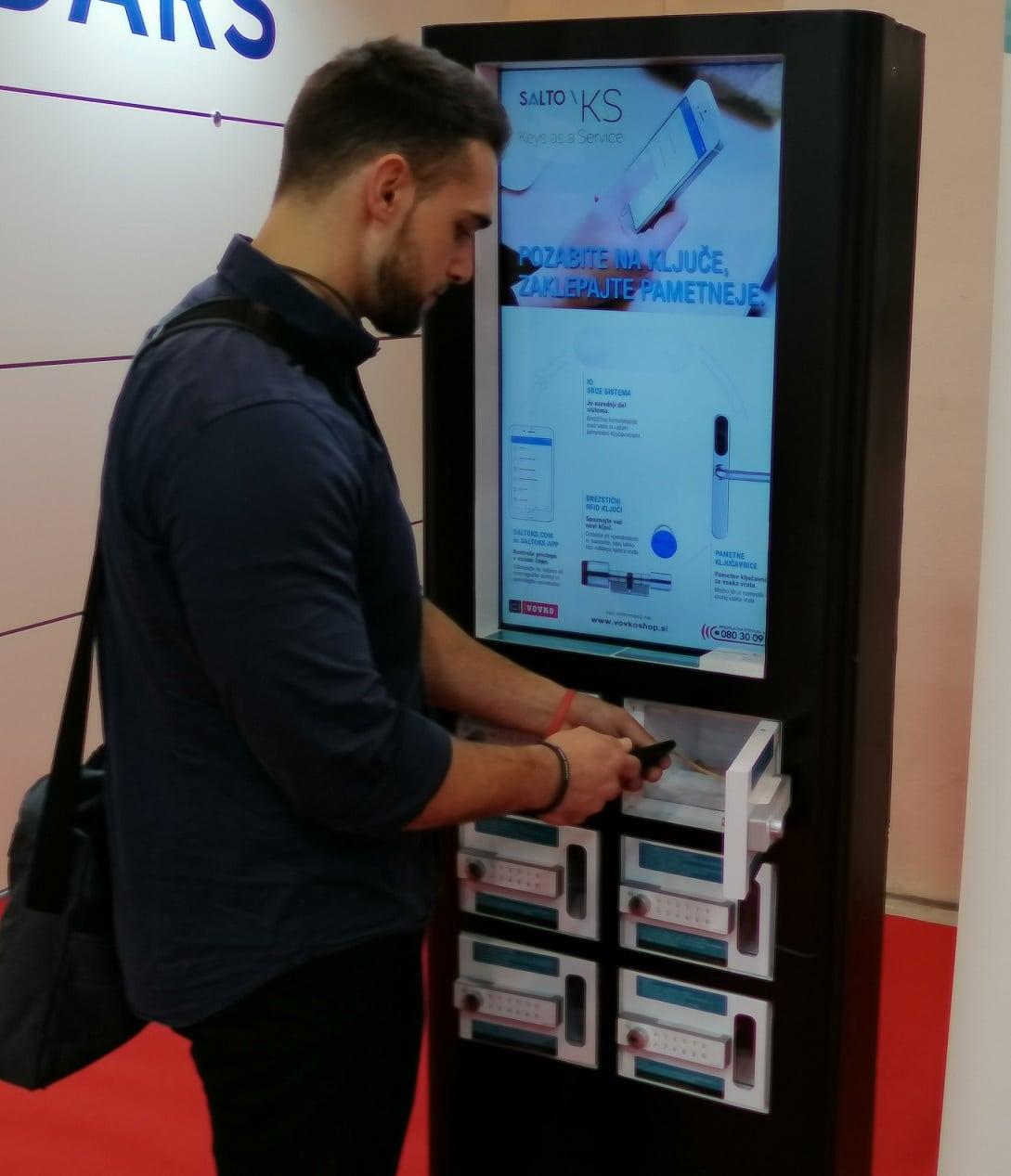 Polnilna omarica za telefone na javni lokaciji
