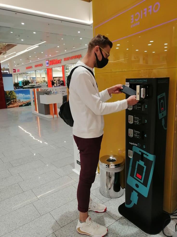 Polnilna postaja za telefone v nakupovalnem centru
