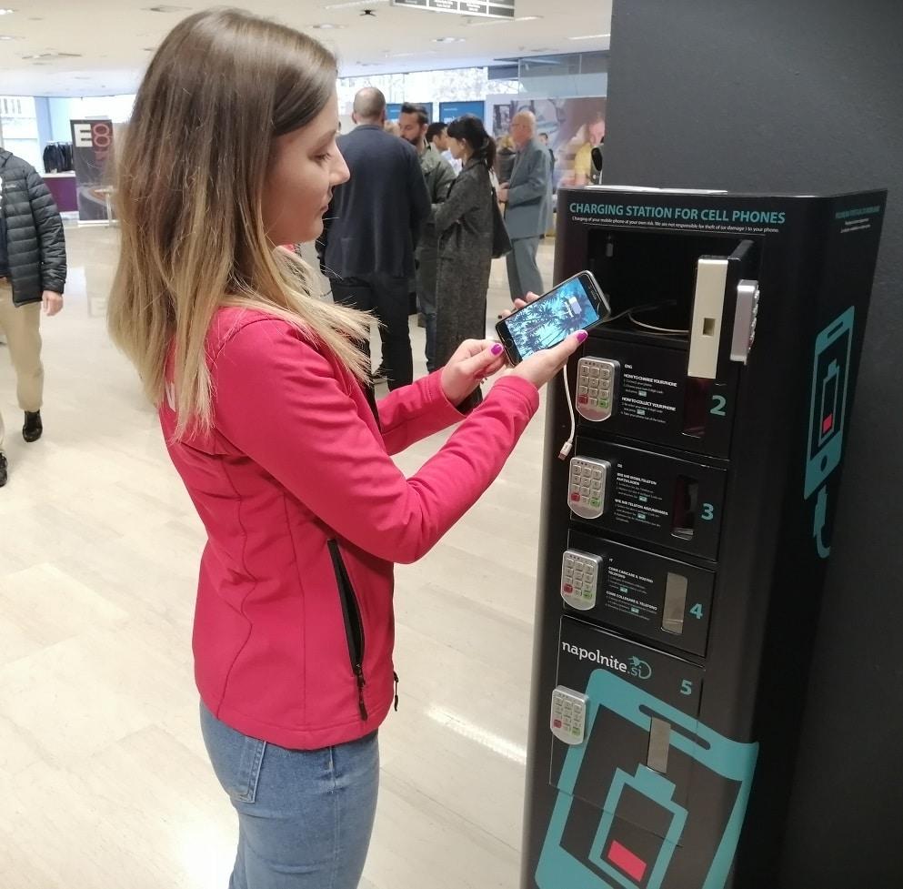 Dezinfekcijska polnilna postaja za telefone na javni lokaciji